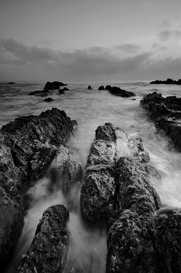 Überraschende Felsformationen an Pandak-Strand, Terengganu in der einfarbigen Schwarzweiss-Technik der schönen Kunst  Natur stockfotos