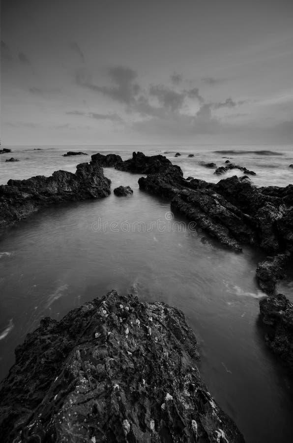 Überraschende Felsformationen an Pandak-Strand, Terengganu in der einfarbigen Schwarzweiss-Technik der schönen Kunst  Natur lizenzfreies stockbild