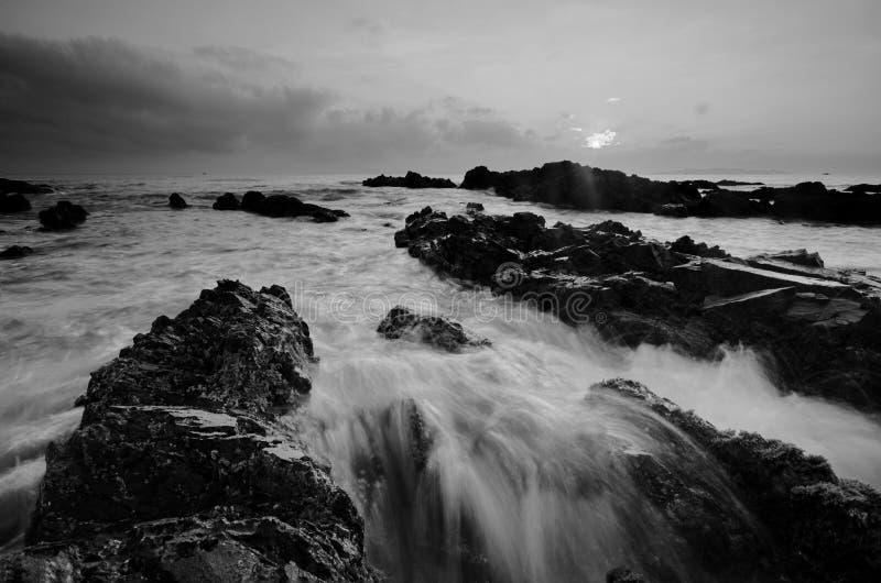 Überraschende Felsformationen an Pandak-Strand, Terengganu in der einfarbigen Schwarzweiss-Technik der schönen Kunst  Natur stockfotografie