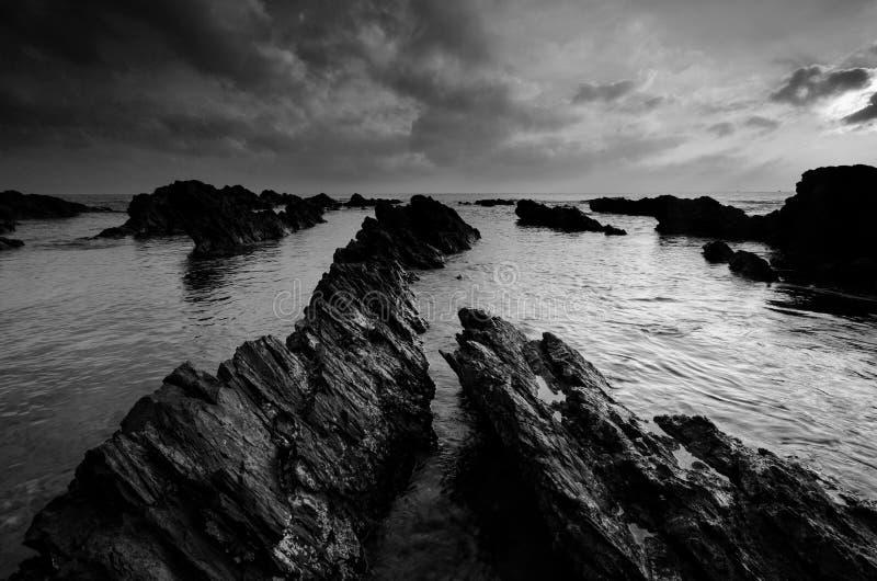 Überraschende Felsformationen an Pandak-Strand, Terengganu in der einfarbigen Schwarzweiss-Technik der schönen Kunst  Natur lizenzfreies stockfoto