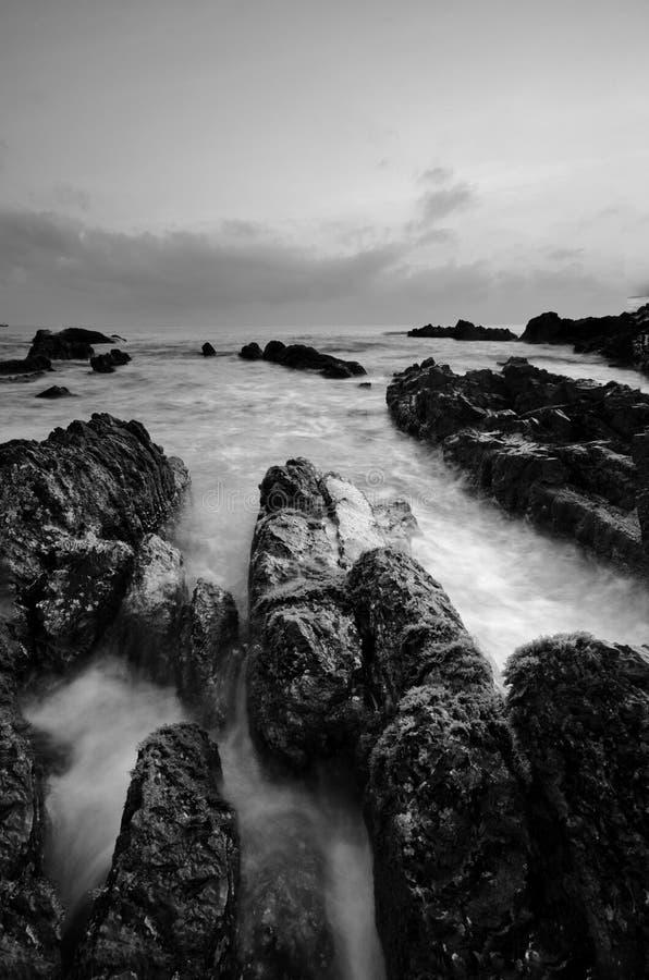 Überraschende Felsformationen an Pandak-Strand, Terengganu in der einfarbigen Schwarzweiss-Technik der schönen Kunst  Natur lizenzfreie stockbilder