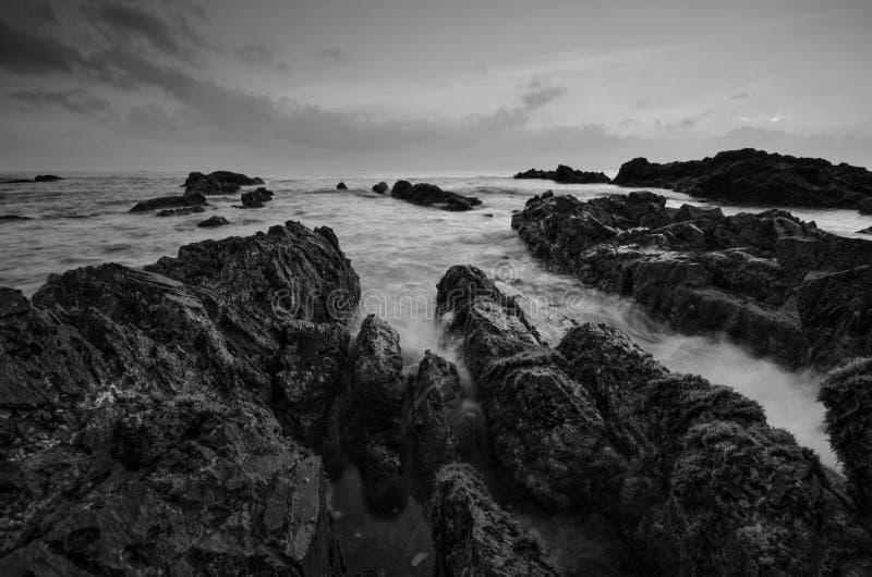 Überraschende Felsformationen an Pandak-Strand, Terengganu in der einfarbigen Schwarzweiss-Technik der schönen Kunst  Natur lizenzfreie stockfotos