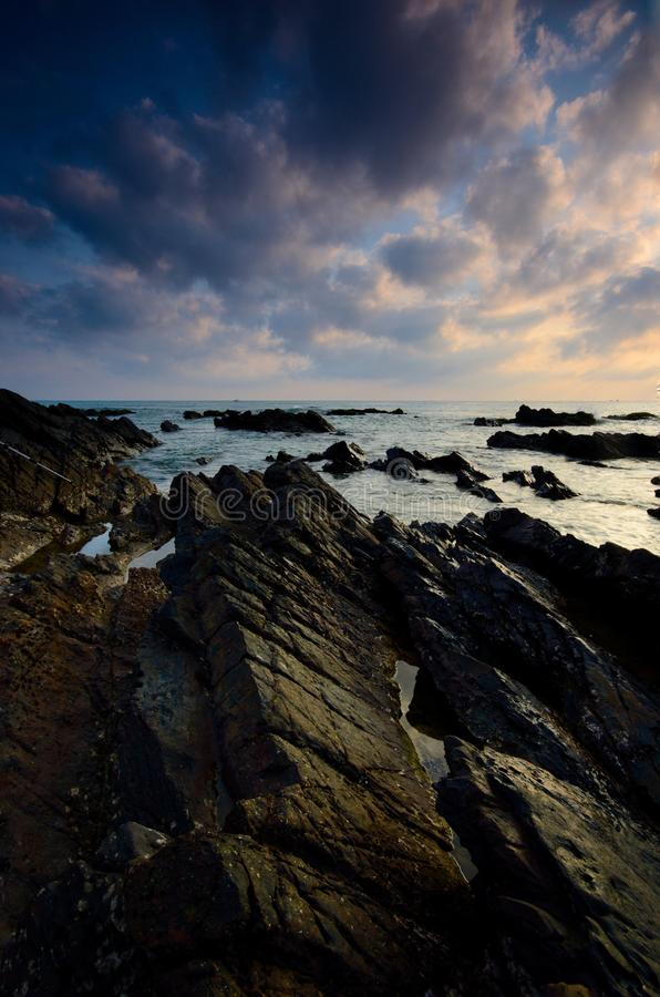 Überraschende Felsformationen an Pandak-Strand, Terengganu Sichtbares der Naturzusammensetzungsunschärfeweichzeichnungsgeräusche  stockbild