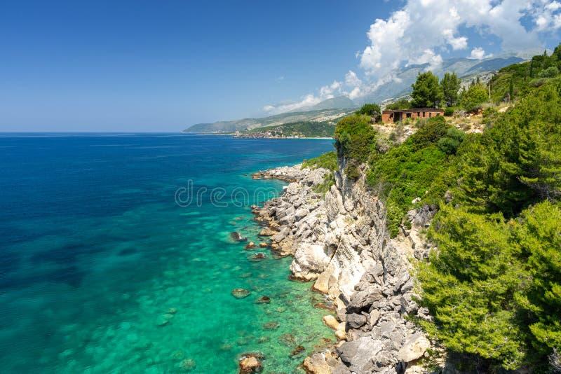 Überraschende felsige Küste in Himare auf albanischem Riviera, Albanien lizenzfreie stockfotos