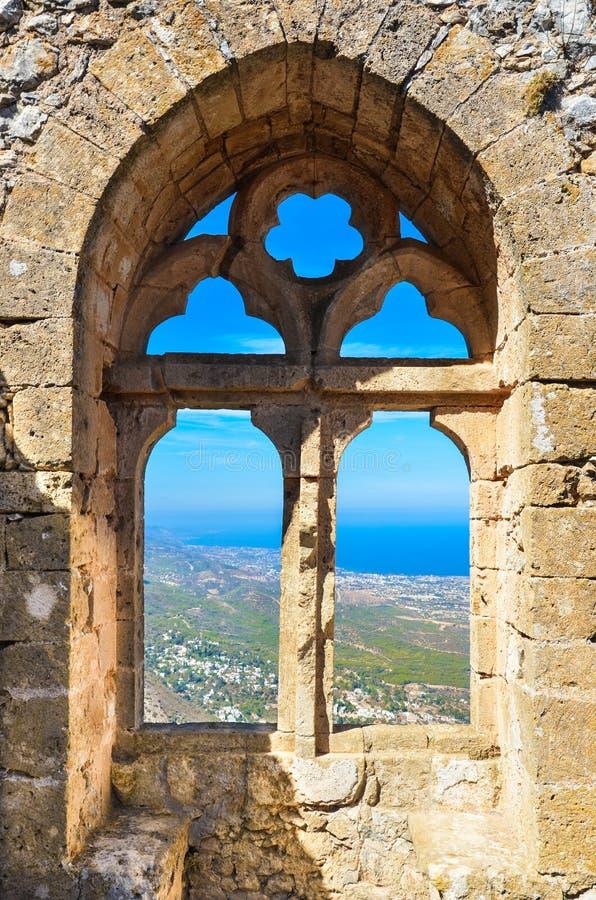 Überraschende Fensteransicht vom St. Hilarion Castle in Nord-Zypern Der populäre Standpunkt bietet eine schöne Ansicht über Zypri stockfotos