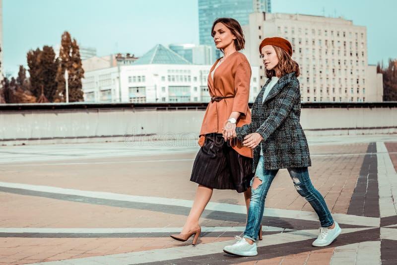 Überraschende Frauen, die zusammen zum Einkaufszentrum gehen stockfotografie