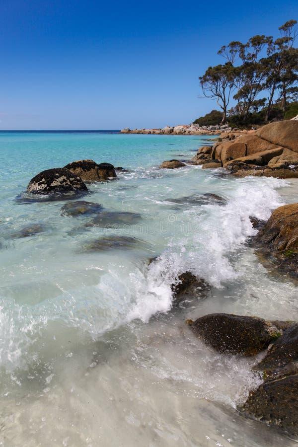 Überraschende Küstenlinie an Binalong-Bucht Tasmanien stockfotos