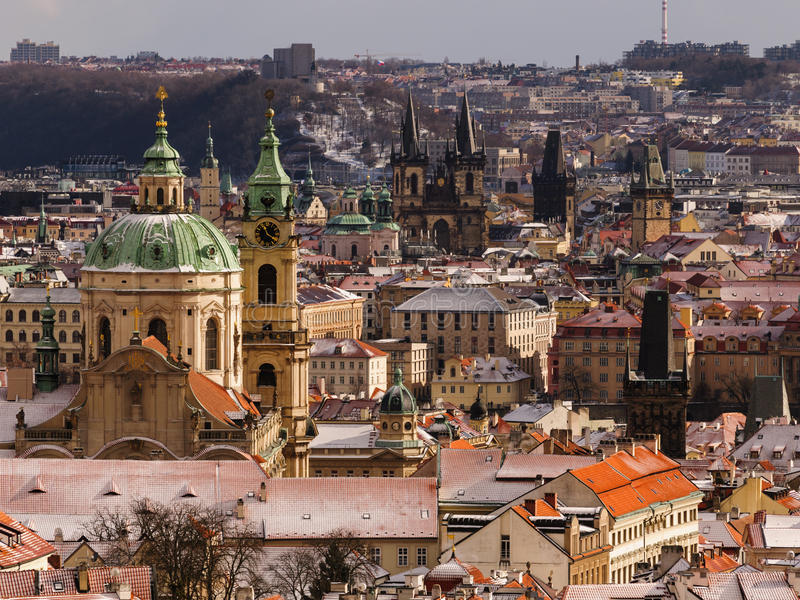 Überraschende Kirche St. Nicolas während des Wintertages nach starken Schneefällen stürmen mit Schneedecke an den Dächern Prag, T lizenzfreies stockbild