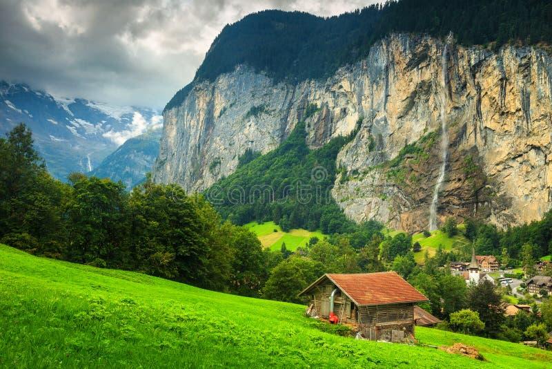 Überraschende Lauterbrunnen-Stadt mit Staubbach-Wasserfall im Hintergrund, die Schweiz, Europa lizenzfreie stockfotos