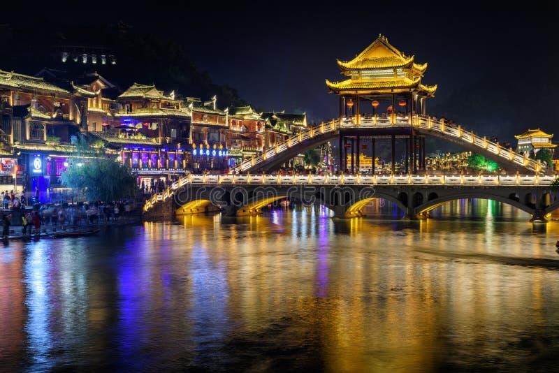 Überraschende Nachtansicht der szenischen Brücke in alter Stadt Phoenix stockfotos