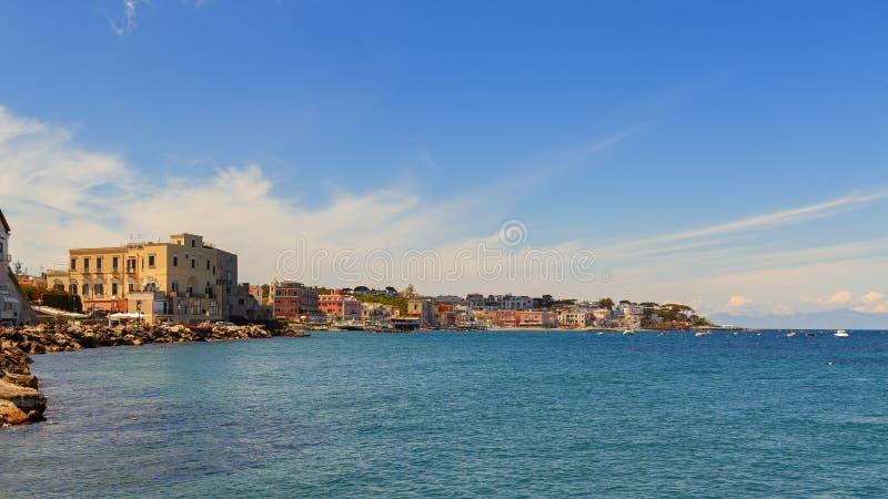 Überraschende Seeküste in der Insel von Ischia lizenzfreie stockfotos