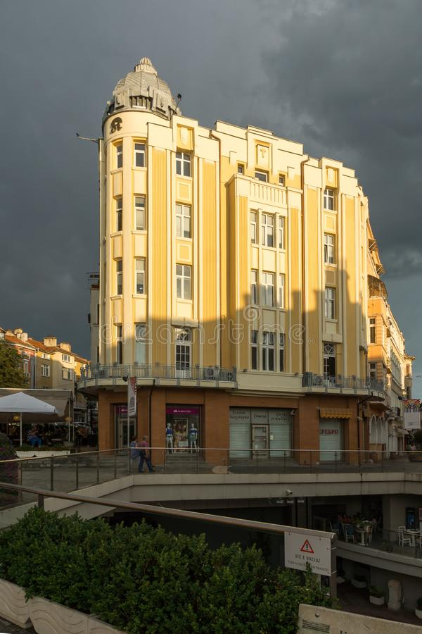 Überraschende Sonnenuntergangansicht von Straße Knyaz Alexander I. in der Stadt von Plowdiw, Bulgarien stockfotos
