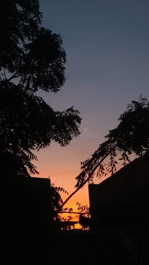 Überraschende Sonnenuntergangorange zu den blauen Steigungen lizenzfreies stockfoto