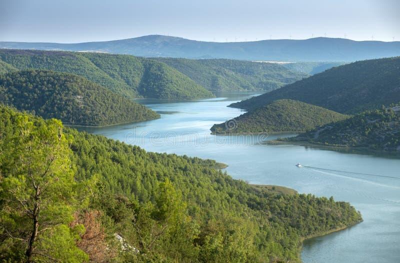 ?berraschende Vogelperspektive des Bootes auf Krka-Fluss und Visovac See zur Sonnenuntergangzeit Krka Nationalpark lizenzfreie stockfotos