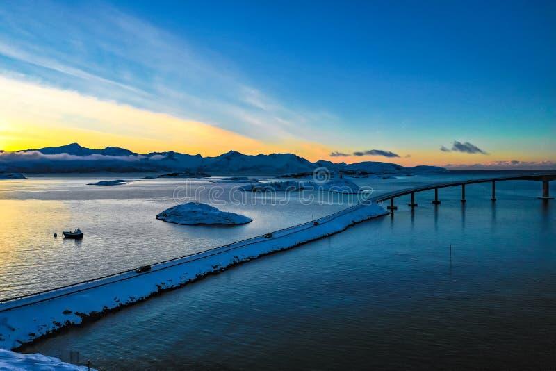 Überraschende Vogelperspektive von Sommaroy Nord-Norwegen stockbilder