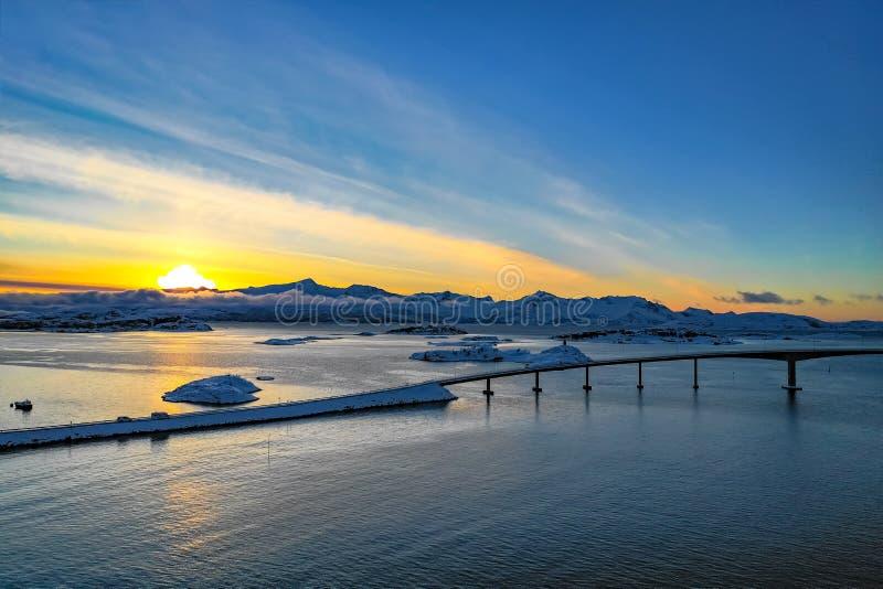 Überraschende Vogelperspektive von Sommaroy Nord-Norwegen stockfotografie