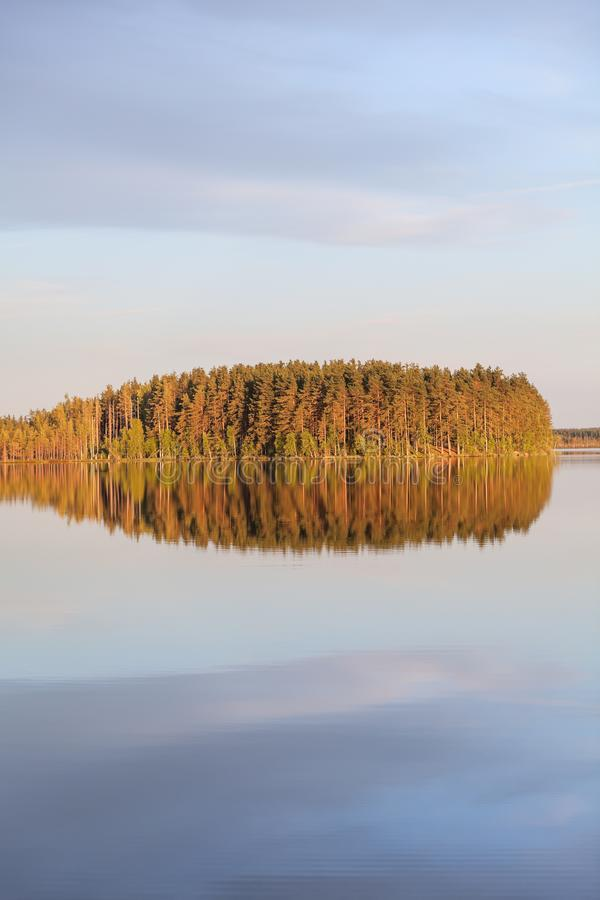 ?berraschende windstille glatte Oberfl?che des Sees Wald im Licht der Reflexion der untergehenden Sonne und der Wolken auf ruhige lizenzfreies stockfoto