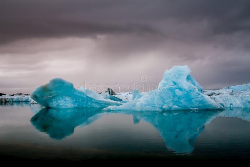 Überraschender Jokulsarlon Glazial- See voll des Schwimmens und des Schmelzens von i stockbild