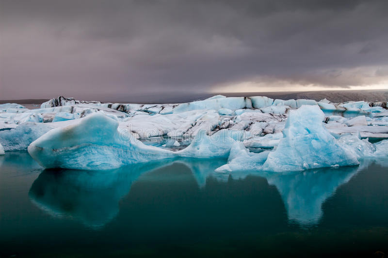 Überraschender Jokulsarlon Glazial- See voll des Schwimmens und des Schmelzens von i stockbilder