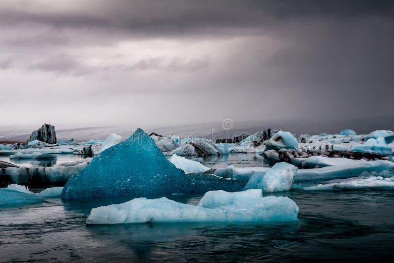 Überraschender Jokulsarlon Glazial- See voll des Schwimmens und des Schmelzens von i lizenzfreie stockbilder