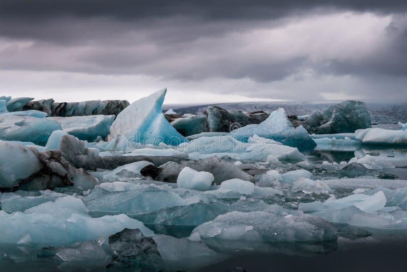 Überraschender Jokulsarlon Glazial- See voll des Schwimmens und des Schmelzens von i stockfotografie