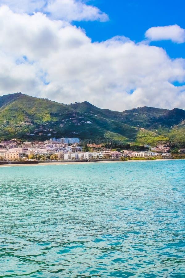 Überraschender Meerblick auf italienisch Cefalu, Sizilien Die schöne sizilianische Stadt auf der tyrrhenischen Küste wird durch F stockfotografie