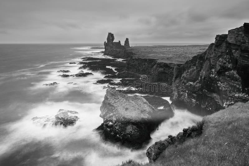 Überraschender Meerblick, Londrangar-Basaltfelsen an der vulkanischen Klippe, Atlantikküste, Island, natürlicher Reisehintergrund stockfotografie