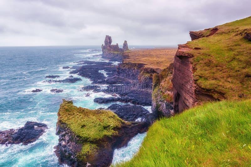 Überraschender Meerblick, Londrangar-Basaltfelsen an der vulkanischen Klippe, Atlantikküste, Island, natürlicher Reisehintergrund lizenzfreie stockfotos