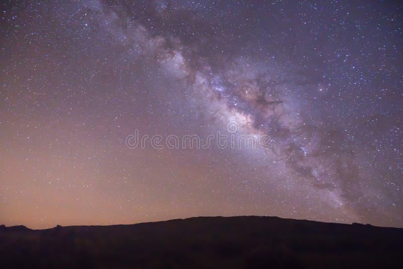 Überraschender Milchstraßenächtlicher himmel mit klaren hellen Farben lizenzfreie stockfotos