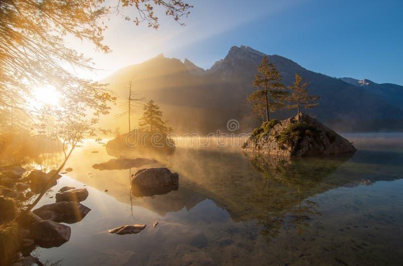 Überraschender Sonnenaufgang auf Hintersee See am Herbstmorgen stockbilder