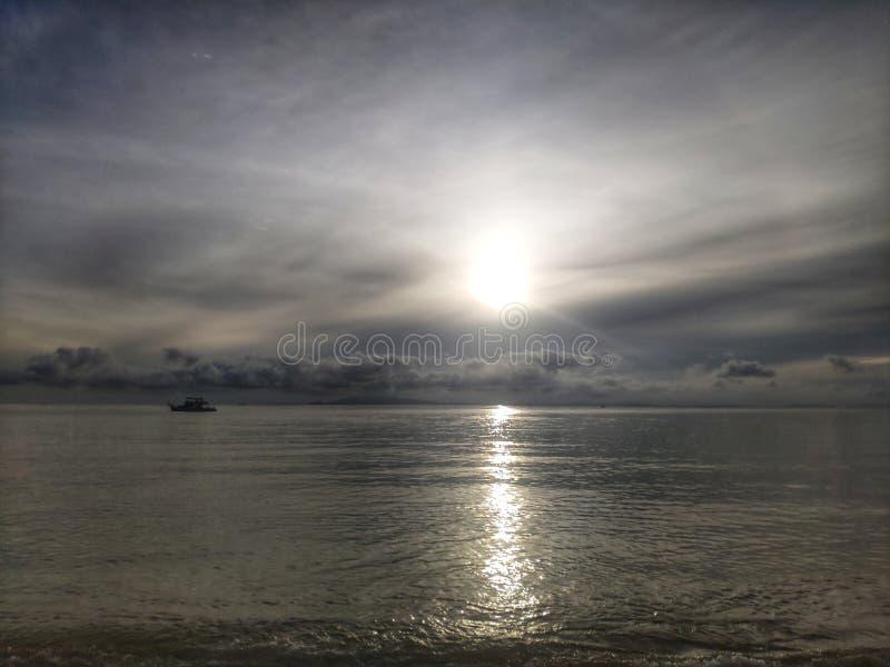 Überraschender Sonnenaufgang mit Boot im Meer Schöner Strand von Hua Hin, Thailand stockfotografie