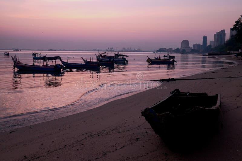 Überraschender Sonnenaufgang mit Fischerbootansicht des Schattenbildbildes als Vordergrund Naturzusammensetzung: Idealer Gebrauch lizenzfreie stockfotos
