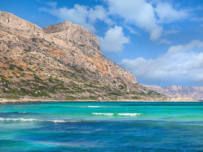 Überraschendes blaues Meer und Felshügel lizenzfreie stockfotos