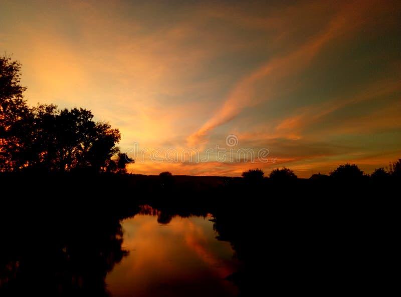 Überraschendes Orang-Utan yallow und blauer Sonnenuntergangsonnenaufgang über dem Flusssee stockfotografie