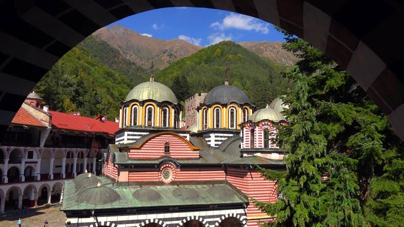 Überraschendes Panorama von grünen Hügeln, von Rila Seen und von Rila-Kloster, Bulgarien lizenzfreie stockfotos