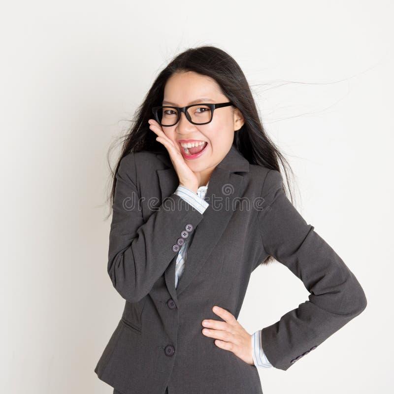 Überraschte asiatische Geschäftsfrau, die Kamera betrachtet stockbild