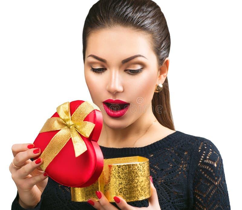 Überraschte des Öffnungsherzens der jungen Frau geformte Geschenkbox lizenzfreie stockbilder