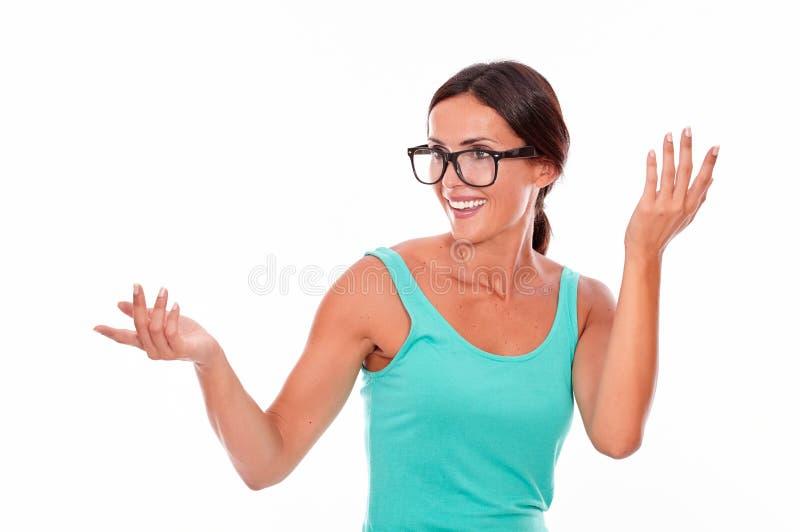 Überraschte erwachsene Frau, die ihre Hände in der Luft hält stockbilder