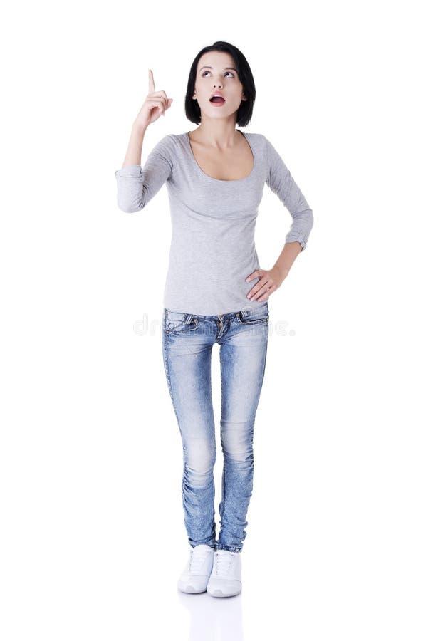Überraschte Frau, die auf Exemplarplatz zeigt. lizenzfreie stockfotos