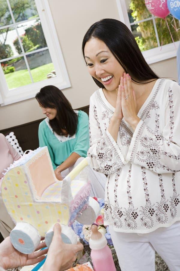 Überraschte Frau, die Babyparty-Wagen empfängt lizenzfreie stockfotografie