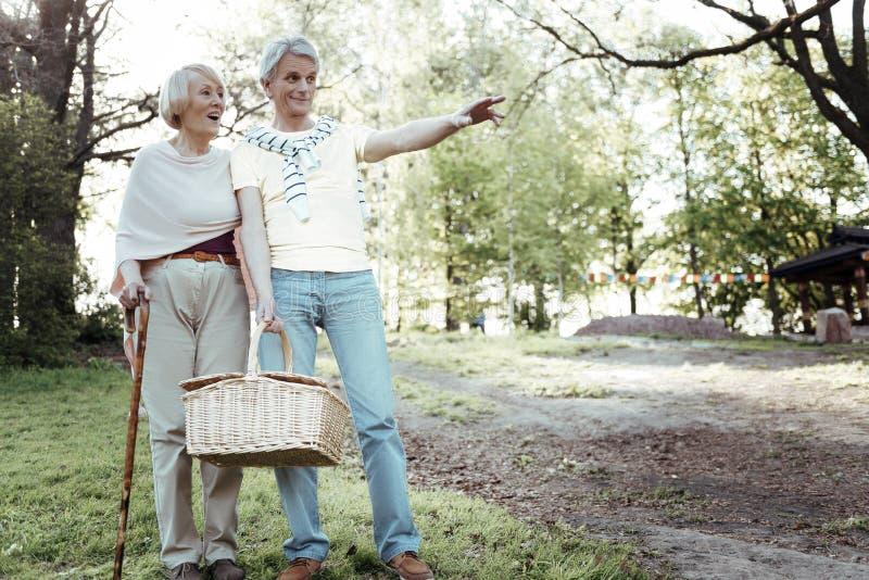 Überraschte Frau, die nahe ihrem Mann steht stockbilder