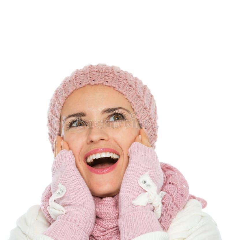 Überraschte Frau, die oben auf Exemplarplatz schaut stockfoto