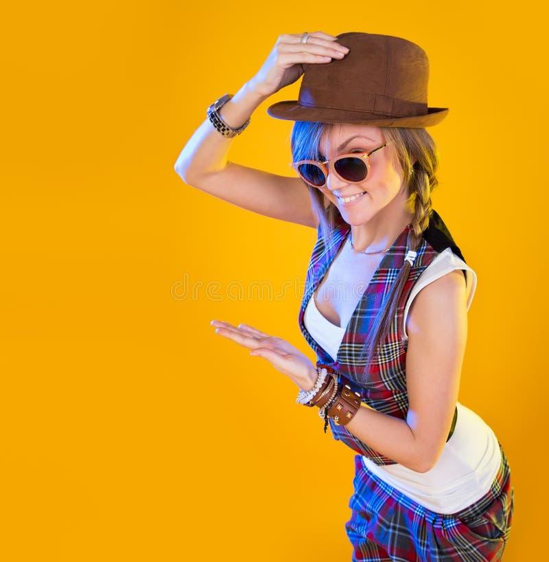 Überraschte Frau, die Produkt zeigt lizenzfreies stockfoto