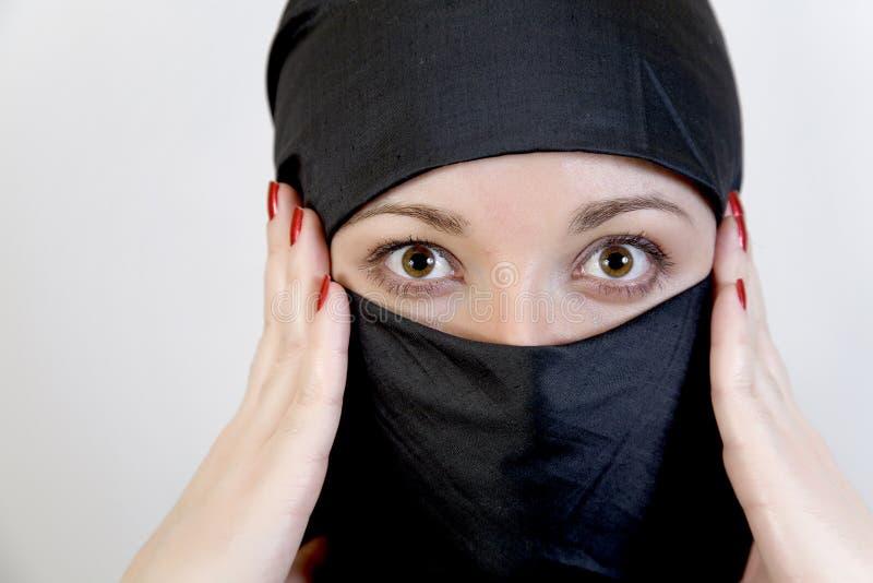 Überraschte Frau im hijab kuppelt ihren Kopf stockbilder