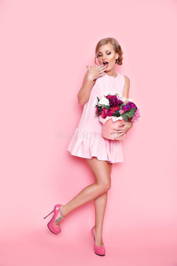 Überraschte Frau mit Blumenkasten lizenzfreie stockfotos