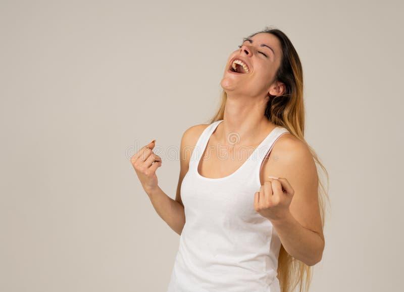 Überraschte glückliche junge Frau, die großen Erfolg, Nachrichten oder Ziel feiert lizenzfreie stockfotografie