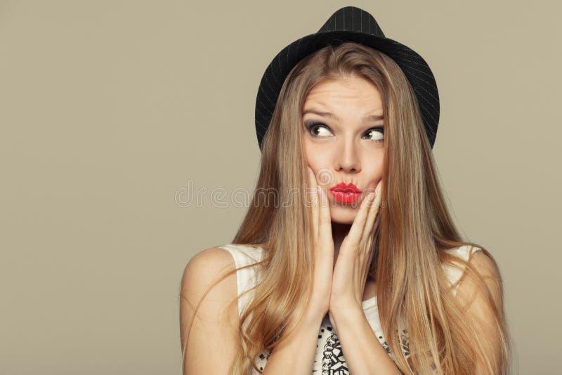 Überraschte glückliche schöne junge Frau, die oben in der Aufregung schaut Modemädchen im Hut stockbilder