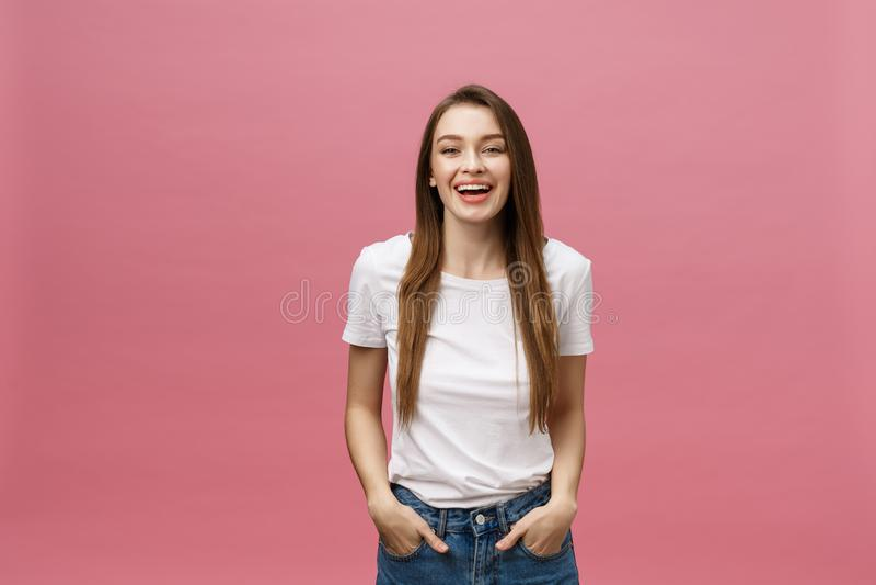 Überraschte glückliche Schönheit, die in der Aufregung schaut Isolat über rosa Hintergrund- und Kopienraum lizenzfreies stockfoto