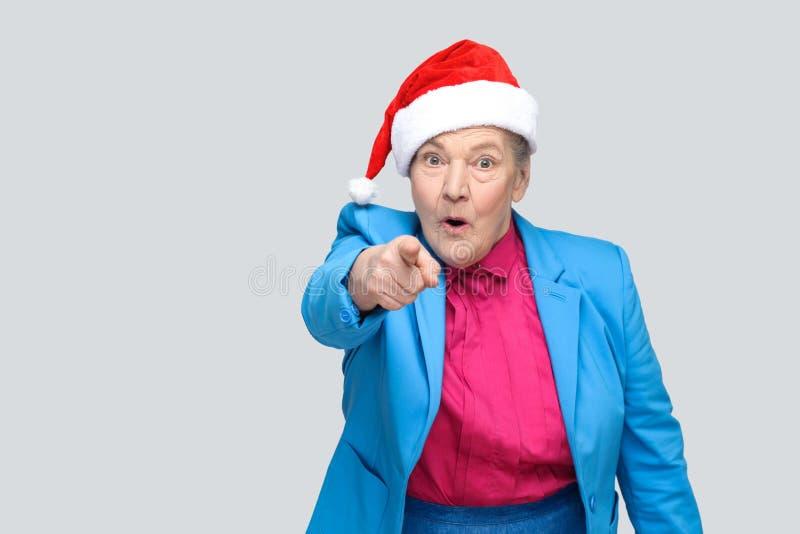 Überraschte Großmutter in der bunten zufälligen Art, in der blauen Klage und in Chris lizenzfreie stockfotos