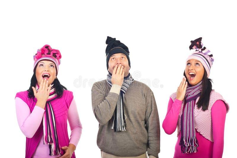 Überraschte Gruppe von Personen, die oben schaut, um zu kopieren stockfotos